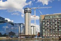 Byggnadsplats med kranar i den Canary Wharf arian Royaltyfri Foto
