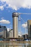 Byggnadsplats med kranar i den Canary Wharf arian Arkivfoto