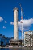 Byggnadsplats med kranar i den Canary Wharf arian Royaltyfri Fotografi