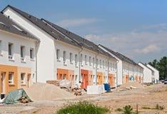 Byggnadsplats med nya hus under konstruktion Royaltyfria Bilder