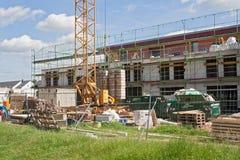 Byggnadsplats med nya hus under konstruktion Arkivfoto