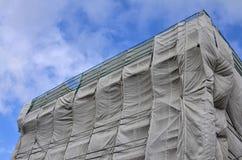 Byggnadsplats som täckas i grå presenning Fotografering för Bildbyråer