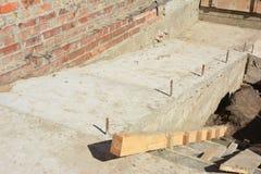 Byggnadsramp för rullstoltillträde och moment Tegelstenrampväg för rörelsehindrat folk för servicerullstol i konstruktion för nyt arkivfoto