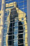Byggnadsreflexion i fönster arkivbild