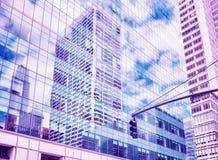 Byggnadsreflexion i Manhattan, stads- bakgrund, USA Royaltyfri Fotografi