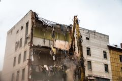 Byggnadsrivning med hydrauliska crashers arkivbilder
