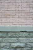Byggnadssida med målade tegelsten- och stenlager Royaltyfri Bild