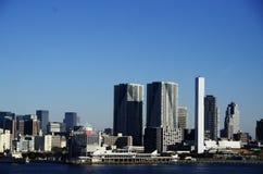 Byggnadssjösida på Yogohama och blå himmel Arkivfoton