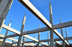 Byggnadstankeskapelseplats och blåttsky Arkivbild