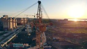 Byggnadsutrustning på en konstruktionsplats Konstruktionsplats på solnedgångtimelapsekonturn arkivfilmer