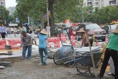 Byggnadsvägen av arbetare i shenzhen Arkivfoton