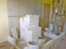 Byggnation hemma och att ställa in - upp nya väggar, badrum Royaltyfri Foto