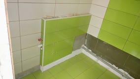 Byggnation i lägenheten, installation av tegelplattor på Royaltyfri Foto