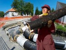 Byggnation på installationen av stadsuppvärmningsystemet Royaltyfria Bilder