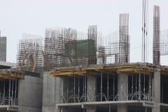 Byggnationer av moderna låghus- bostads- byggnader konstruktionsplats på huset kranar special utrustning arkivbild