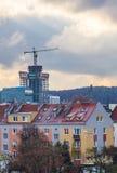 Byggnationer och en hög kran Arkivbilder