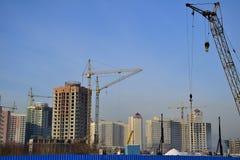Krankonstruktion som bygger den moderna staden, strukturerar Arkivbild
