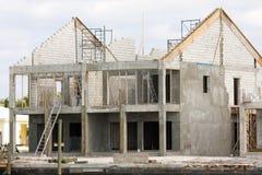 byggt hus delvis Arkivfoton
