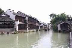 Byggt på vattnets kantraderna av hus Arkivfoton
