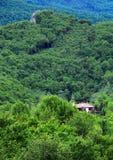 Byhus i Balkan berg Royaltyfri Fotografi