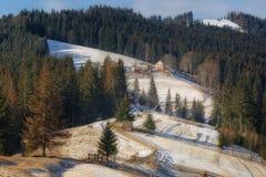 Byhus på lutningen av berget Carpathian ukrainare royaltyfri bild