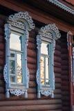 Byhusfönster med klippningar, Palekh, Vladimir region, Russi Arkivbilder