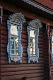 Byhusfönster med klippningar, Palekh, Vladimir region, Russi Arkivfoton