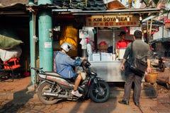 Bying mat för folk från den populära sojastallen, kineskvarter, Kuala Lump arkivbild