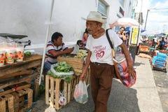 Bying produkter för man på en lokal marknad i Merida, Yucatan, Mexico Arkivbild