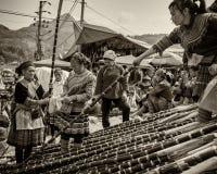 Byinvånare förhandlar pris på den centrala öppna marknaden på Sapa, Vietnam Royaltyfri Fotografi