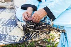 Byinvånarna tog bambuband till väv in i olika former för dagliga bruksredskap av community'sfolket Royaltyfri Foto
