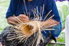 Byinvånarna tog bambuband till väv in i olika former för dagliga bruksredskap av community'sfolket Royaltyfri Fotografi