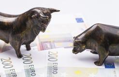 Byk i niedźwiedź na banknotach obraz stock