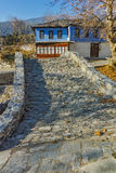 Bylandskap med det gamla huset och stenbron i Moushteni nära Kavala, Grekland Arkivfoto