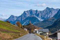 Byn av Ardez, Graubunden i Schweiz arkivbild