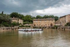 Byn av Bagno Vignoni och pölen av termiskt vatten arkivbilder