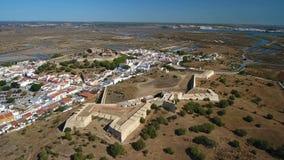 _ Byn av Castro Marim och slotten som filmas från himmelsurret arkivfilmer