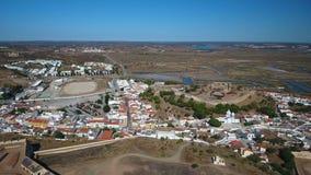_ Byn av Castro Marim och slotten som filmas från himmelsurret stock video