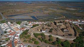 _ Byn av Castro Marim och slotten som filmas från himmelsurret lager videofilmer