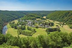 Byn av Frahan omgav vid slingringar av Semoisen Royaltyfri Bild