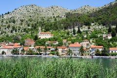 Byn av Komin på den Neretvi floden Arkivbild