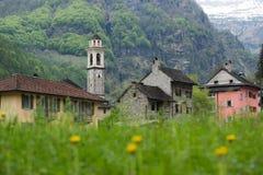 Byn av Sonogno i dalen av den Verzasca floden, Swit Royaltyfria Bilder