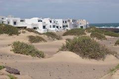 Byn Caleta de Famara på Lanzarote, kanariefågelöar, Spanien arkivbilder