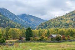 Byn i bergen Arkivfoto