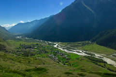 Byn i Kaukasuset bland bergen Vierkhny Baksan Royaltyfria Bilder