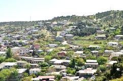 Byn nära berget parkerar i Baku royaltyfria foton