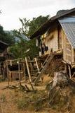 Byn och berget nära Muang sjunger, Laos Royaltyfria Foton