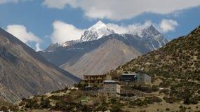 Byn under annapurnaen turnerar i Nepal arkivfoto