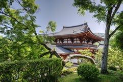 Byodo在树之间的寺庙在Uji,日本 库存照片