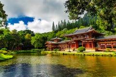 Byodo-en el templo japonés con una charca en frente, isla de Oahu imagenes de archivo